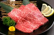 厳選した和牛の上ロースは、柔らかく、芳醇な旨味を堪能できる人気メニューです。口の中でとろけるような食感で、一度食べるとやみつきになる味わい。写真は1人前です。
