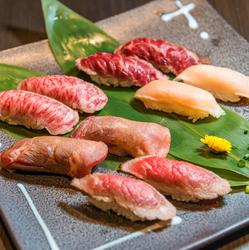 国産和牛を使用した肉寿司と地鶏や牛タンの炭火焼きがメインで楽しめるコース内容。