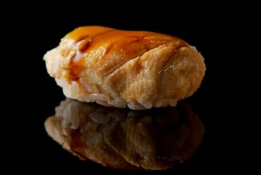 """一貫がひとつの""""料理""""に。穴子本来の風味が際立つ『煮穴子』"""