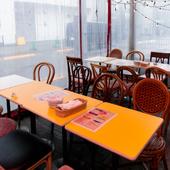 ヨーロッパのカフェテラスをイメージした、可愛い店内
