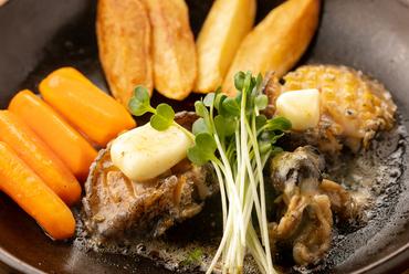 肉厚なアワビを陶板で焼き上げる『あわびのステーキ(大)』