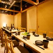 人数に合わせて可動壁でレイアウトを変えられる宴会スペース