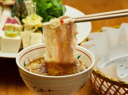 名物「出汁しゃぶ」をブランド豚美湯豚でいただく人気コースの御料理を、本格的な京会席料理と共に