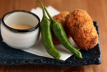 鶏軟骨のコリコリした食感が楽しい!家庭的でホッとできる『コリコリ肉じゃがコロッケ』