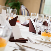 落ち着いた雰囲気の広い個室で ゆっくりとお食事を楽しめます