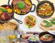 選べるメイン料理&充実のブッフェコーナー。彩り豊かなブッフェ台には人気の黒カレーをはじめ、サラダコーナー、スープ、ピッツァ、パスタ、ソフトドリンクなど多数ラインアップ!メイン料理は嬉しい週替わりです。