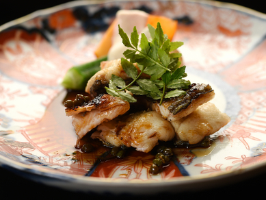 皮はザクっ、身はふんわり。鮎のような爽やかな香り漂う大ぶりの『琵琶湖の天然鰻炭焼』