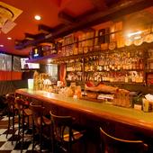 カウンター席で、お気に入りの料理とお酒を堪能する大人の時間