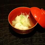 春は「タケノコ」、冬は「香箱ガニ」など、旬の食材を贅沢にあしらった逸品料理も味わえます。素材そのものの味を生かしつつ旨みをより引き出すため、シンプルな味付けを心がけているのだとか。