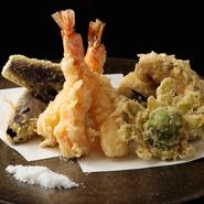 天然の車海老や旬の野菜、天然山菜などが楽しめる盛り合わせ。食材が持つ本来の旨みを味わえるよう、高知県産の天然塩でシンプルにいただきます。サクサクの食感と素材の味わいを存分に堪能できる一品です。