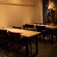 木材をふんだんに使用した大人のくつろぎ空間で、ゆったり語り合う宴会が叶います。半個室もあり、歓送迎会や暑気払いだけでなく接待での会食も可能。予算や好みに応じて、飲み放題オプションもつけられます。
