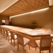 白木の内装が清々しい空気を醸す、和の伝統美に彩られた空間
