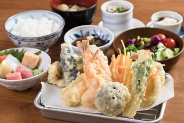 """サクサク天ぷらと毎日変わる料理を""""少数多品""""で堪能する『日替わり彩り御膳』"""