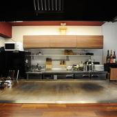 鉄板を囲むカウンター席や掘りごたつ式の座敷はくつろぎの空間