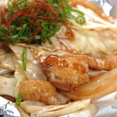 秘伝のタレで味わう『ぷりぷりホルモン鉄板焼き』は人気の逸品