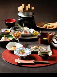 広島地物はもちろん北から南の旬のお野菜、魚介類、またお肉料理と料理長おまかせの会席料理となります。