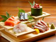 仙台中央卸売市場から毎日届く新鮮な旬の魚介。料理長自ら市場に出向いて仕入れてくることもあるそうです。中でも年間を通し、自信を持って提供しているのが『まぐろ』。華やかな盛り付けが一層食欲をそそります。