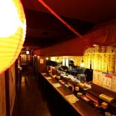 """3つの人気店の味を1つの""""食の夜市""""で楽しめる活気あふれる空間"""