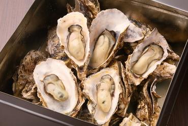 新鮮な東松島産の牡蠣を磯の香りと海水の塩分だけで贅沢に楽しむ『蒸し焼き牡蠣1缶』