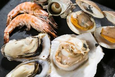 60分~120分まで、存分に新鮮な牡蠣や魚介を堪能できる『かき小屋食べ放題・飲み放題』