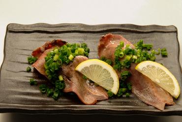 店一押しの『肉寿司』は口の中でとろける肉とふわりとほぐれるシャリが好相性