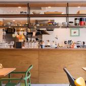 木の温もりとインダストリアルな雰囲気を醸すオシャレなカフェ