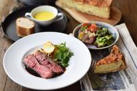 焼きたてキッシュ、フランス惣菜3種、パテや自家製ハム、サラダ、本日の肉料理、フラット、オリーブ、パンとエシレバター