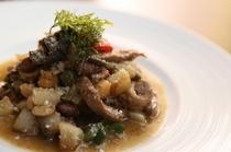 牛モツの風味を余すことなく堪能できる『香川県産牛モツと豆と野菜の白ワイン煮込み』
