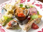 農家と直接繋がりのある八百屋から仕入れる香川の野菜を、たっぷり使った前菜の盛り合わせです。「季節の野菜をたくさん食べてもらいたい」という思いが込められた彩り鮮やかな一皿。席の人数分での注文が必要です。