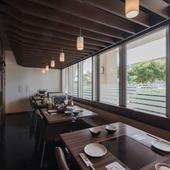 落ち着いたゆったりとした空間の中、沖縄ならではの味を楽しむ