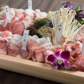脂身の美味しいアグーを、自慢の3種のタレと4種の塩で楽しむ『やんばる島豚あぐー一頭盛り』