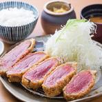 あっさりとした脂身と濃厚な赤身の味が楽しめるのが特徴のランプをかつに。ボリューム満点で食べごたえがあります。レアに近い状態に仕上げているので、肉本来の旨みと食感を存分に堪能できます。