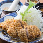 沖縄県の金武町で飼育された、餌料にぶなしめじと酒粕を使用したこだわりのアグー豚をかつに。肉質は柔らかく、脂身が少ないスッキリとした味わいが特徴です。岩塩またはすりごまの香り豊かなソースでシンプルに。