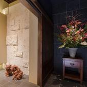各所に生花や郷土の美術品が飾られた上質な空間
