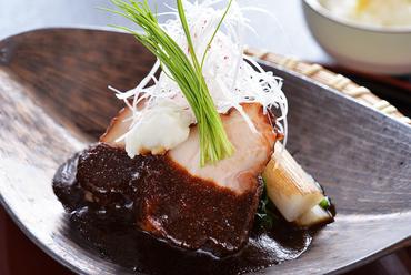コラーゲンたっぷりのとろける食感が絶妙な『国産豚皮付きばら肉の八丁味噌煮込み』