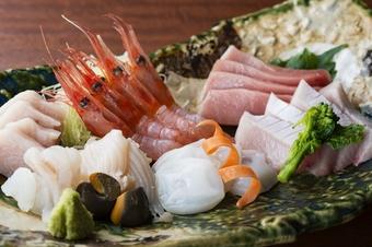 当店では富山を中心に、その日その時ならではの旬の食材で組み立てたコース料理をご用意しております。
