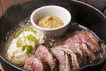 上質な赤身肉特有の芳醇な香りと凝縮した旨みが堪能できる『熟成大麦牛のステーキ』。