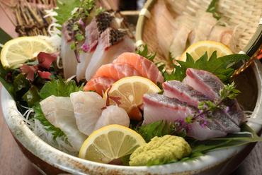 魚の種類に合わせた調理法で一つ一つ丁寧に。鮮度抜群の『本日の鮮魚五品盛り合わせ』