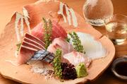 料理人と鳥取県境港の仲介人が話し合い、厳選した新鮮魚介を直接仕入れ。鳥取を始め富山、長崎、岩手など各地の旬魚が味わえます。白身と赤身の彩りバランスも考えられた、日本酒によく合う逸品。