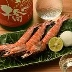 鳥取県境港から直送される活車海老。臭みがなく濃厚な味わいの車海老を炭火でじっくりと焼き上げ、頭から尻尾まで美味しさを余さず堪能できます。車海老は、造りや天ぷらでも提供可能。