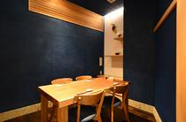 濃紺の壁が印象的で、センスの良い空間が広がる完全個室