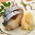 酢でしめてから1日寝かせたまろやかな鯖は、旨味と酸味が程よく混じり絶妙な味わい。シャリと合わせた出来たてを店頭に並べると、すぐに完売する人気メニューです。前日までの予約で取り置きも可能。