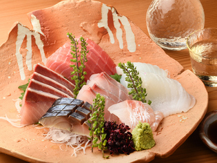 漁港から直送された、季節を感じる新鮮な魚介類