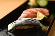 旨みと香りが引き出された「こはだ」や、鮮度の良さを味わえる「金目鯛」など素材の旨みを味わえる逸品揃い。経験と技が光る江戸前寿司を堪能できます。