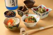 旬素材の旨みを感じさせる逸品料理は、四季折々の豊富なメニューが魅力的。ほろ苦さが日本酒に合う『自家製烏賊の塩辛』や朝獲りの魚介を盛った新鮮な刺身など、色鮮やかな料理が食欲を誘います。