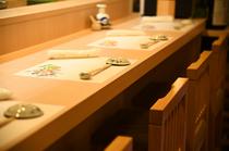 料理人の鮮やかな技術と調理風景を堪能できるカウンター席