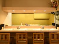 カウンター越しに眺める臨場感あふれる調理風景と、数多な日本酒