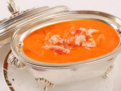 見た目にも鮮やかな、旨味たっぷりの伝統メニュー。『タラバ蟹肉と蟹の卵入りふかひれスープ』