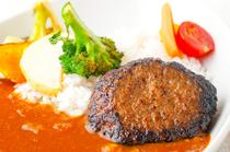 【道産牛・道産豚使用】たっぷりの野菜と牛スジを使用したカレーがメイン!『ハンバーグカレー』