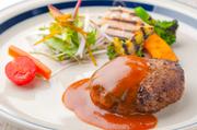 使用するのは北海道産の「牛肉」「豚肉」。つなぎはミニマムに、肉感を強調した、お店の看板メニュー!焼き加減には特にこだわりあり!ジューシーなコンディションにこだわっています。食べごたえもありますよ★